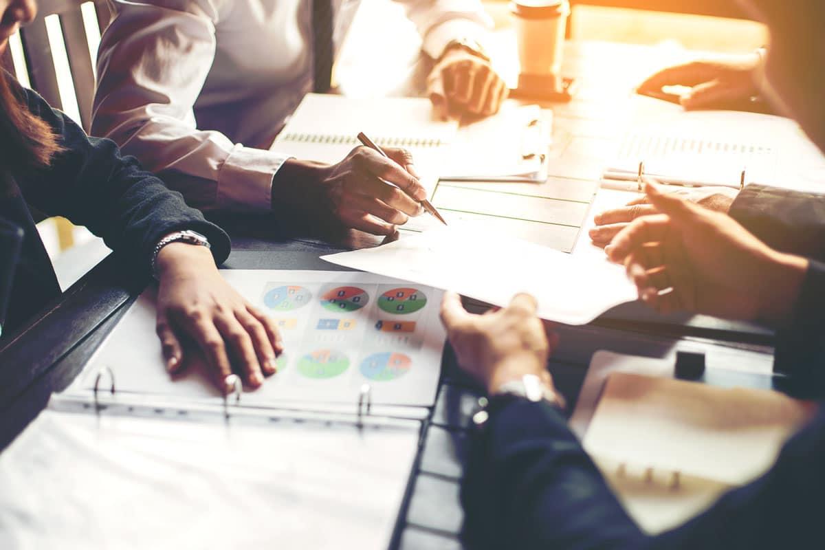 cadres supérieurs en réunion de travail impression numérique documents pro